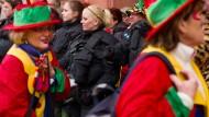 Gut gesichert: Polizistinnen bei der Mainzer Weiberfastnacht 2016