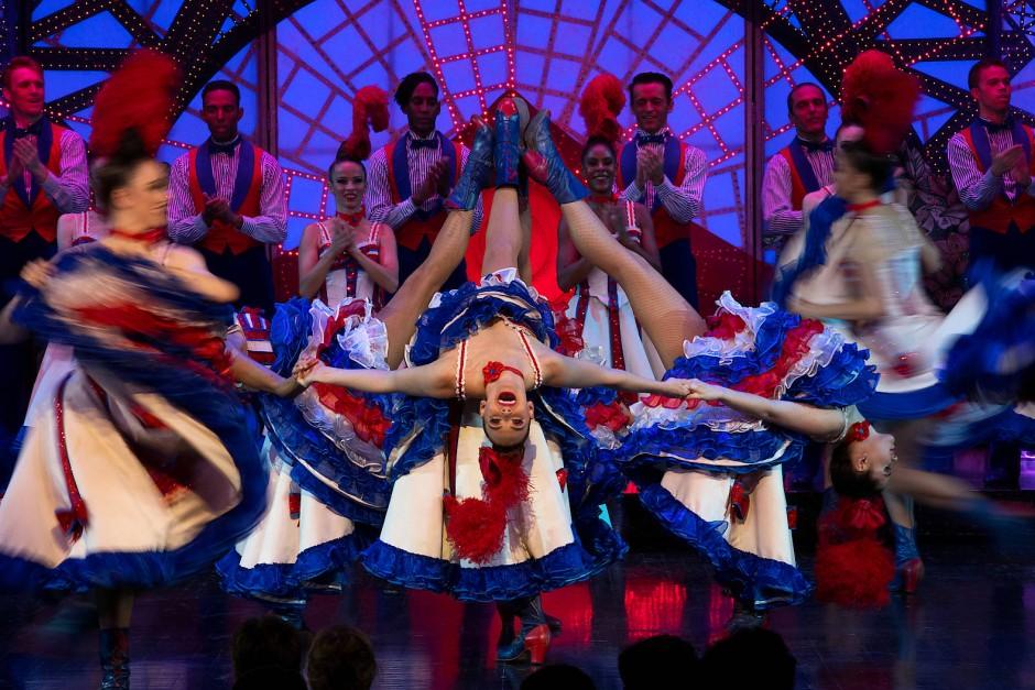 Glendene tanzt den Cancan. Der schnelle Tanz im 2/4 Takt, der um 1830 in Paris erstand, zählt heute noch zu den Attraktionen des Moulin Rouge.