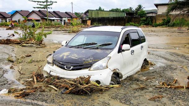 Mindestens 73 Tote bei Sturzfluten in Indonesien