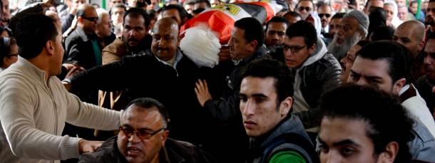 Hunderte Anhänger der sozialistischen Volksallianz kamen am Sonntag in Alexandria zu einem Trauerzug zusammen, um ihrer erschossenen Genossin Shaima El Sabagh zu gedenken.