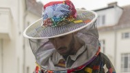 """Johannes Weber beruhigt die Bienen mit einem """"Smoker"""" auf seinem Balkon."""
