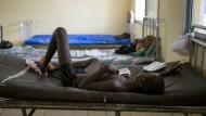Ebola-Patient im Krankenhaus von Makeni in Sierra Leone