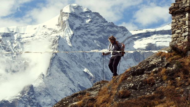 Reinhold Messner blickt wie ein Kind auf die Berge