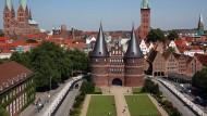 In der Hanse haben kleine Staaten über Jahrhunderte erfolgreich zusammengearbeitet - die Altstadt von Lübeck mit dem Holstentor im Vordergrund.
