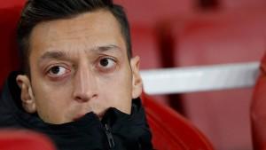 Özil verurteilt Schweigen muslimischer Staaten