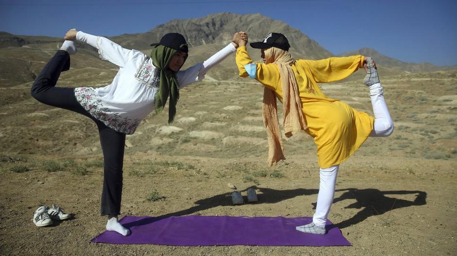Ein Balanceakt zwischen den Kulturen: Junge Afghaninnen am Weltyogatag außerhalb von Kabul im Sommer 2020