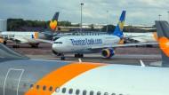 Flugzeuge von Thomas Cook auf dem Rollfeld des Flughafens von Manchester