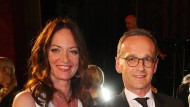 """Zwei gute """"Freunde"""" die um Haltung bemüht sind: Natalia Wörner mit Minister Heiko Maas."""