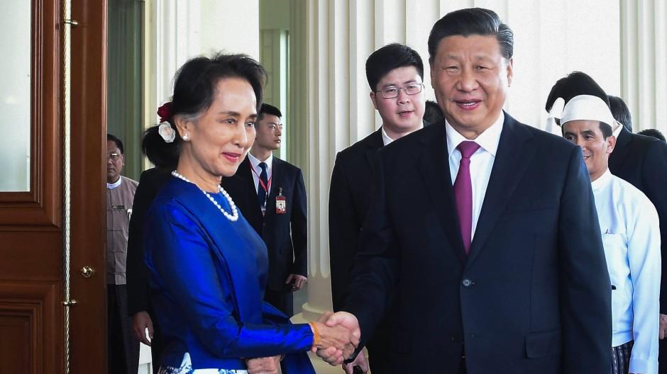 Wünscht sich wieder bessere Beziehungen zu Burma: Chinas Staatschef Xi Jinping trifft Staatsrätin Aung San Suu Kyi