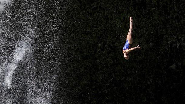 """""""Cliff Diver"""" springen kunstvoll von der Klippe"""