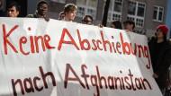 Gegen Abschiebungen nach Afghanistan: Demonstranten vergangenen Montag vor dem Bundesamt für Migration und Flüchtlinge in Berlin.
