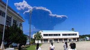 Vulkan in Japan bricht mit gewaltiger Explosion aus