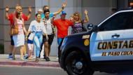 Menschen verlassen mit erhobenen Händen den Walmart in El Paso, nachdem dort ein Schütze wahllos auf Menschen geschossen hat.