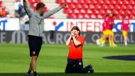 Mainz wackelt, wartet und jubelt: Trainer Martin Schmidt ist sichtlich erleichtert.