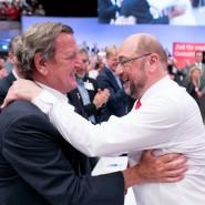 Eine Heldenlegende, die den Genossen Mut machen soll: Altbundeskanzler Gerhard Schröder und SPD-Kanzlerkandidat Martin Schulz am Sonntag in Dortmund.