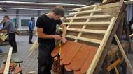 Ziegelei: Angehende Zimmerer und Dachdecker üben in den Werkstätten, wie sie effektiv und genau arbeiten können – so wie später auf dem Bau.