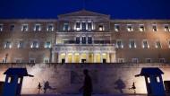 Wachen der Präsidentengarde patrouillieren vor dem griechischen Parlament