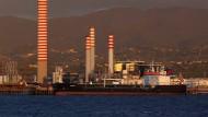 Spuren der Staatswirtschaft: Ölraffinerie an der Küste Siziliens