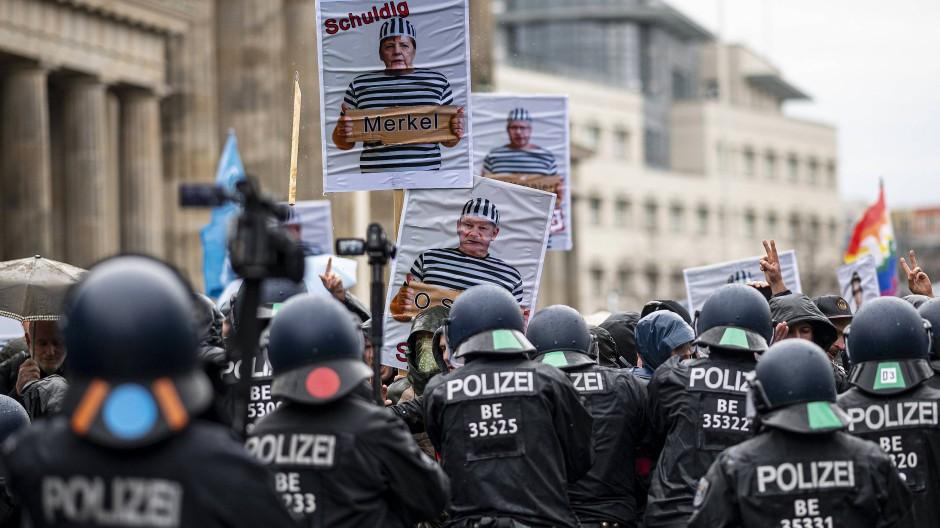 Polizeieinsatz bei einer Demonstration gegen die Reform des Infektionsschutzgesetzes in Berlin am 18. November 2020.