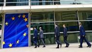 Sehen so die Generaldirektoren der EU aus? Jedenfalls betritt eine Männergruppe das Gebäude der Europäischen Kommission in Brüssel.