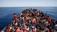 Afrikanische Flüchtlinge stechen von Libyen aus in See. Ihr Ziel: Italien.