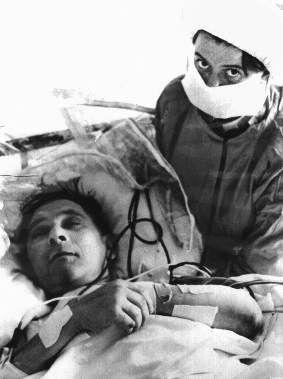 Louis Washkansky wird von einer Krankenschwester versorgt. Der 56jährige Geschäftsmann, dem am 3.12.1967 als erstem Menschen im Groote-Schuur-Hospital in Kapstadt unter Leitung von Christiaan Barnard ein Herz verpflanzt wurde. Der aus Litauen stammende Washkansky nahm am 5.12. wieder feste Nahrung in Form weichgekochter Eier zu sich. Er verstarb jedoch 18 Tage nach der Transplantation an einer Lungenentzündung.