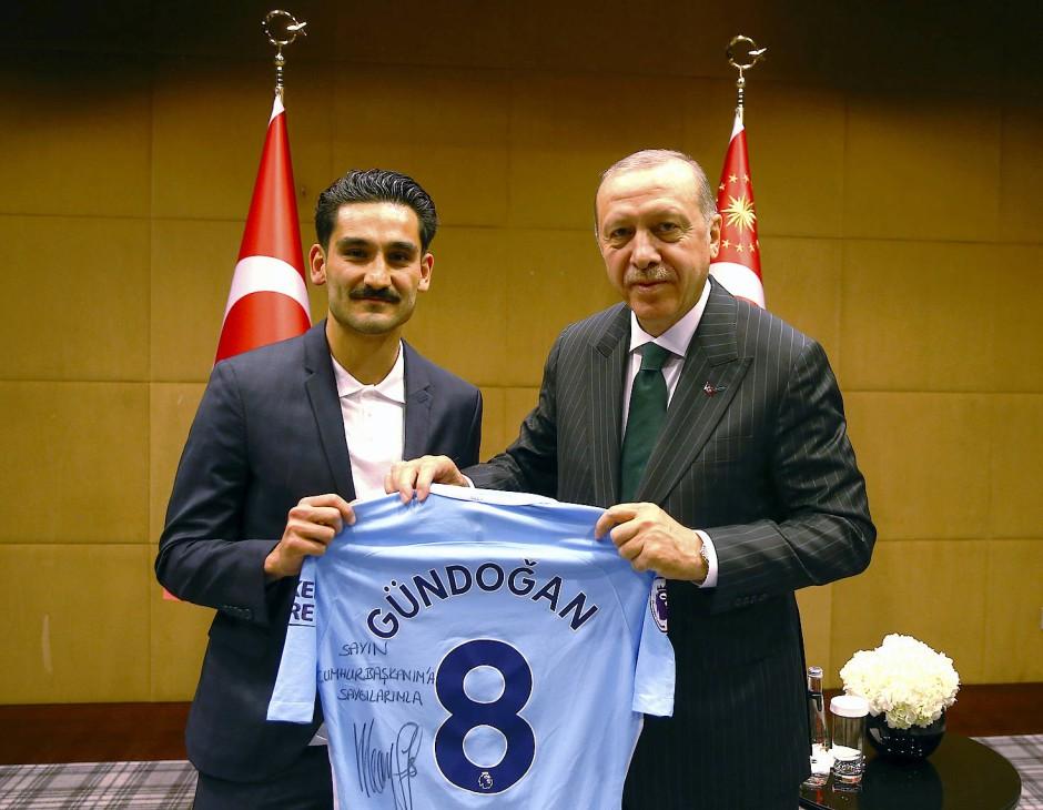 Gündogan spendierte seinem Trikot eine persönliche Widmung.