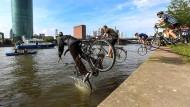 Fahrradfahrer gehen unter