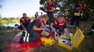 """Erste Hilfe: Der aus dem See """"gerettete"""" Taucher bekommt reinen Sauerstoff."""