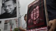 Demonstranten mit Plakaten des gestorbenen chinesischen Friedensnobelpreisträgers Liu Xiaobo und des inhaftierten Menschenrechtlers Wang Quanzhang