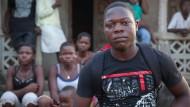 Das ist das Einzige, was ihnen von ihren Eltern geblieben ist: Joshua mit seinen Geschwistern vor dem Haus, das sein Vater gebaut hat.