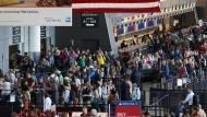 Passagiere am Flughafen im amerikanischen Boston. Wer von ihnen wurde wohl während seines Fluges beobachtet?