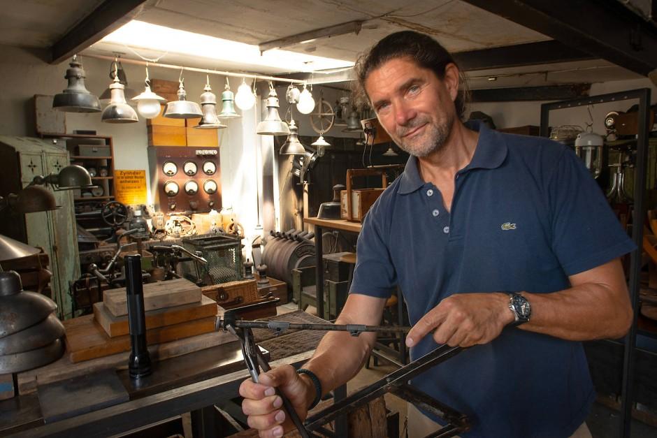 Ingo Laube restauriert Industriemöbel aus der Bauhaus-Zeit und schafft aus Überresten neues Kunsthandwerk.