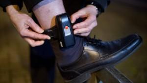 Mit elektronischen Fußfesseln gegen Islamisten vorgehen