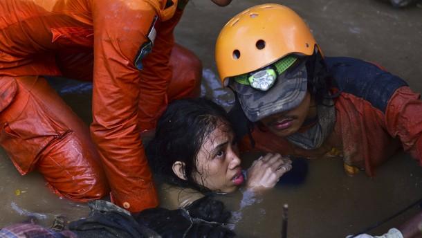 In den Trümmern ums Überleben kämpfen