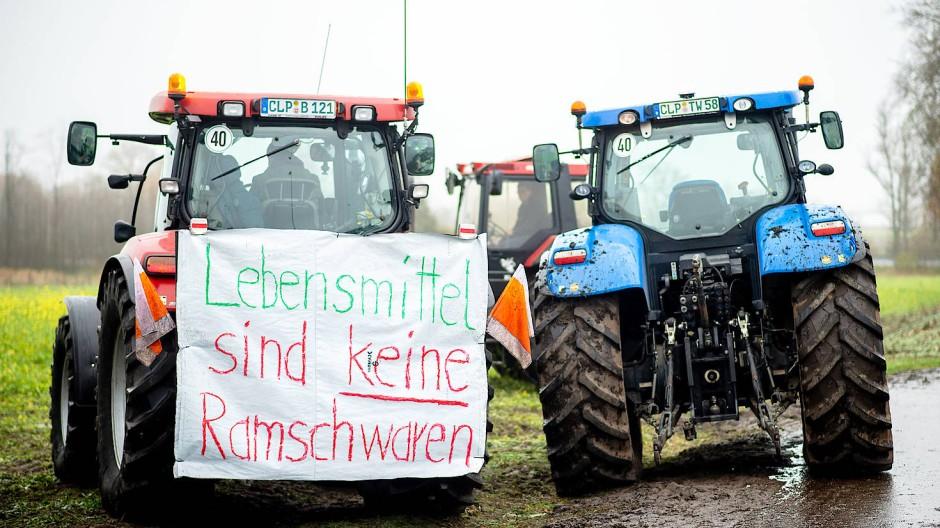 """""""Lebensmittel sind keine Ramschwaren"""": Traktoren blockieren Anfang Dezember die Zufahrt zum Zentrallager von Lidl im niedersächsischen Cloppenburg."""