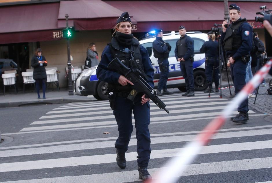 Mit Maschinengewehren bewaffnete Polizisten positionieren sich nach der Macheten-Attacke nahe des Louvre.