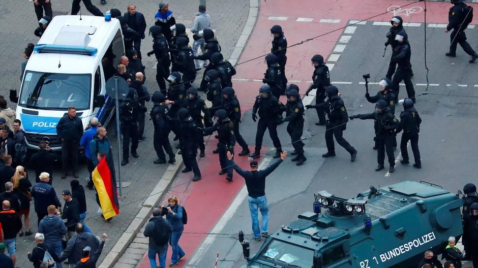 Angespannte Lage: Polizisten stellen sich der Demonstration der Rechtspopulisten entgegen.