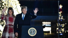 Melania Trump erleuchtet den Baum