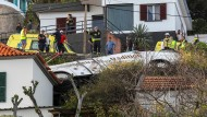 Der Fahrer hatte offenbar die Kontrolle über den Bus verloren, der daraufhin eine Böschung hinunter auf ein Haus stürzte.