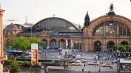 Ankunftsort: Initiativen wollen am Bahnhof zwei Denkmäler errichten.