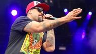 B-Real, ein Drittel von Cypress Hill, verwandelt die Spandauer Zitadelle mit dezenter Geste in einen einzigen Partyleib.