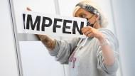 Die Verwaltungshelferin Chantal Tauchert entfernt einen Aufkleber im Impfzentrum der Stadt Osnabrück. Das Impfzentrum wird aktuell zurückgebaut.