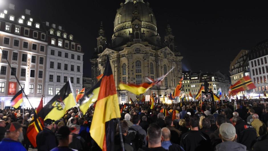 Pegida-Demo in Dresden: Auch hier finden frei erfundene Politiker-Zitate Anklang.