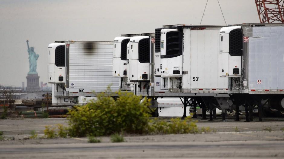 Kühlwagen zur Lagerung von Corona-Toten stehen auf einem Parkplatz am Pier im Stadtteil Brooklyn. (Archivbild)
