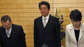 Erst vier Tage ist es her: Ministerpräsident Abe präsentiert seinen neuen Industrieminister Miyazawa (links im Bild)