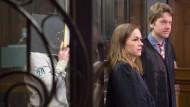 Ordner muss sein:Der Angeklagte verdeckt am Mittwoch im Gericht sein Gesicht, die Verteidiger Eva Steiner und Valentin Babutska stehen vor ihm.