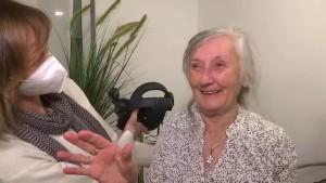 Senioren gehen mit VR-Brillen auf Reisen