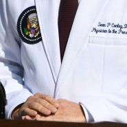 """Hauptsache, der Kittel bleibt weiß: Dieser Präsidentenarzt hat einen """"Doctor of Osteopathic Medicine"""" (DO)."""