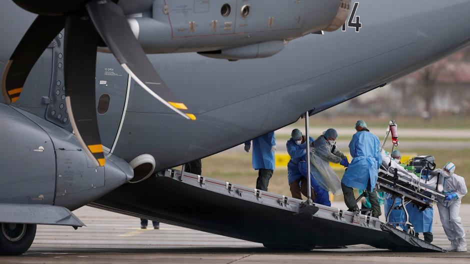 Ein mit dem Coronavirus infizierter Patient wird  in einem deutschem Militärflugzeug von Straßburg nach Ulm verlegt.
